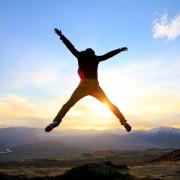 喜びジャンプする人