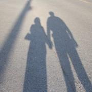 2人の人物の影